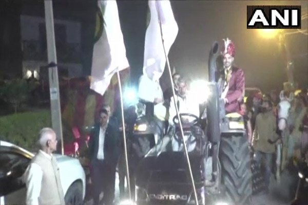 The groom supported the farmers movement by riding on a tractor - Chandigarh News in Hindi