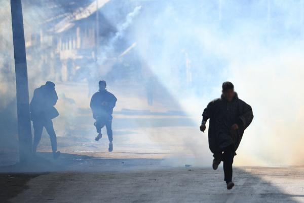 Over 50 injured in clashes at Kulgam gunfight site - Srinagar News in Hindi