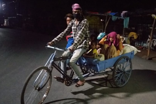 The laborers reached the village after traveling 600 km by rickshaw - Chhatarpur News in Hindi