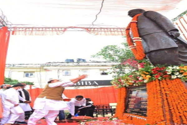 Defense Minister Rajnath unveils Lalji Tandon statue in Lucknow - Lucknow News in Hindi