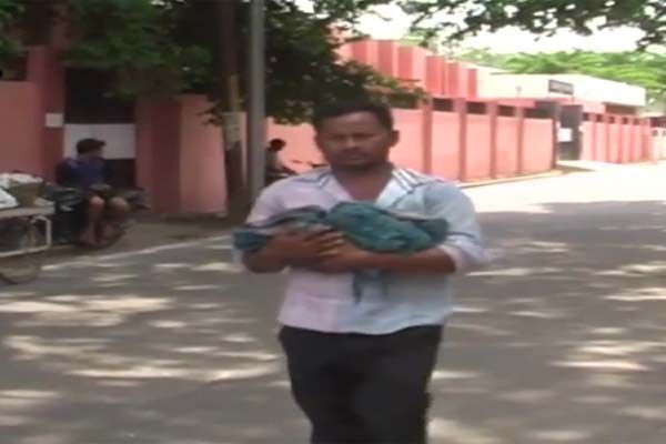 शर्मसार यूपी, बेटी का शव गोद में लेकर घूमते रहे परिजन
