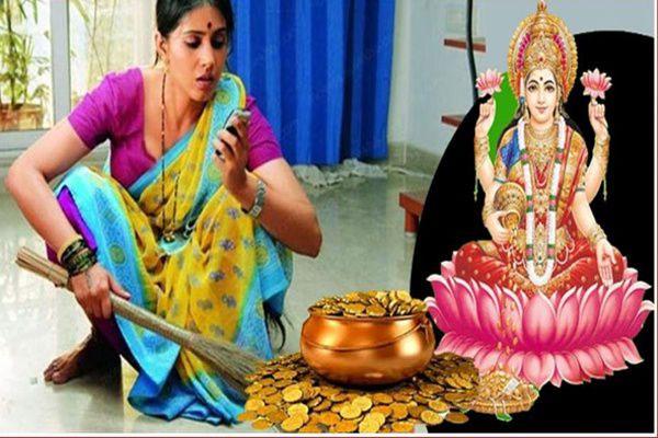 Maa Lakshmi loves a broom, due to doing so Dhanavarsha - Jyotish Nidan in Hindi
