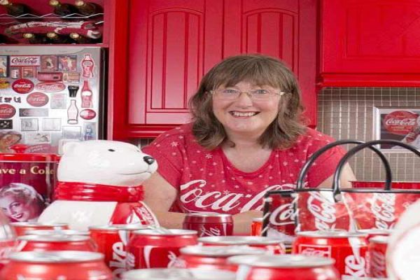 a woman loves coca cola enough to decorate her home in its honor - Ajabgajab Photo Gallery