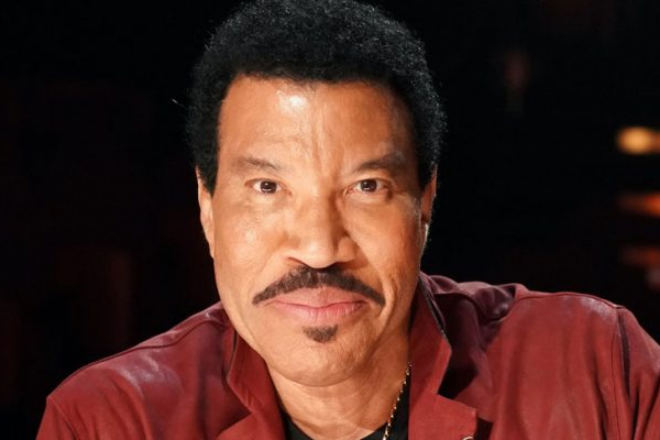 Lionel Richie needed five to eight years to get over stage fright - Hollywood News in Hindi