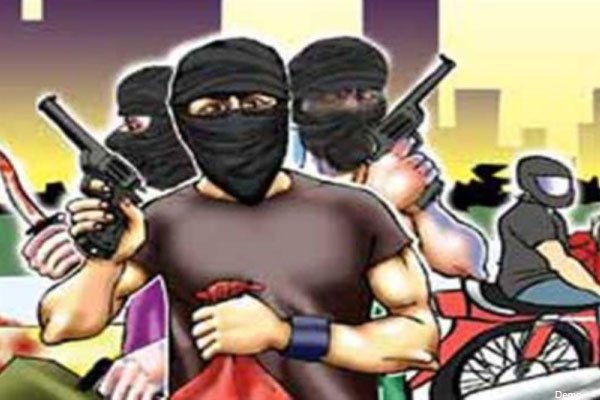 Robbers robbed private bus passengers in UP Mathura - Mathura News in Hindi