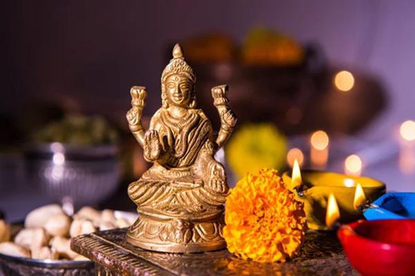Choose any of these remedies and please Goddess Lakshmi - Jyotish Nidan in Hindi