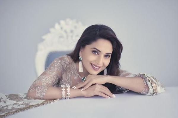 Madhuri Dixit celebrates 25 million Instafam - Bollywood News in Hindi