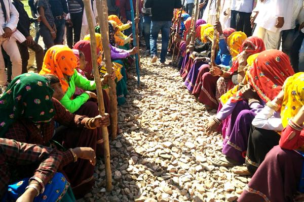 विश्वेंद्र सिंह से नहीं माने गुर्जर,  रेलवे ट्रैक से नहीं हटेंगे