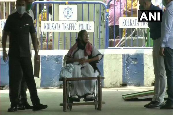 CM Mamta Banerjee protest against Election Commission action - Kolkata News in Hindi