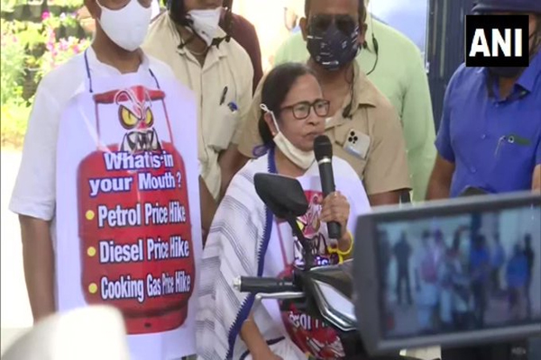Mamta rides e-scooter in protest against rising petrol prices - Kolkata News in Hindi