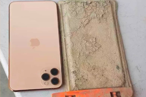 Man finds iPhone one year after dropping in Taiwan lake - Weird Stories in Hindi