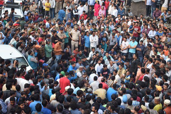 Manali taxi union make a road jam for his demands - Kullu News in Hindi