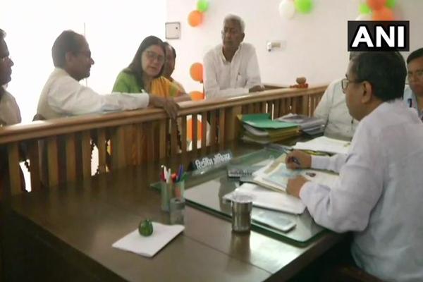 सुल्तानपुर लोकसभा सीट से मेनका गांधी ने रोड शो के बाद नामांकन किया
