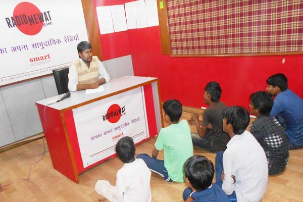 Radio Mewat is giving good education through radio tuition to schools children in nuh - Nuh News in Hindi