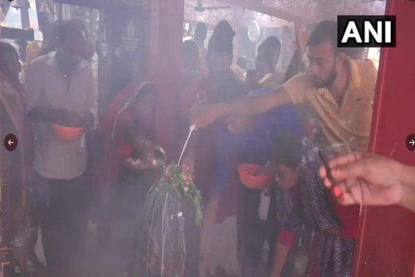 सावन का पहला सोमवार - शिव मंदिरों में श्रद्धालुओँ ने की पूजा-अर्चना,देखें तस्वीरें