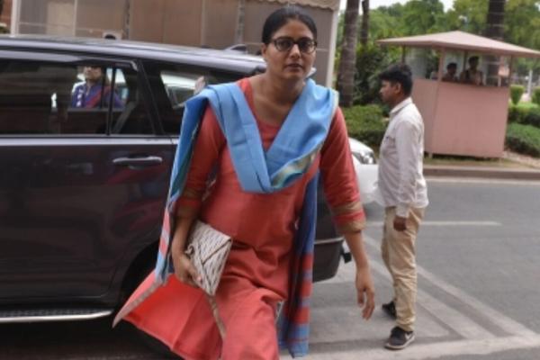मिर्जापुर की सांसद ने की 'मिर्जापुर 2' पर प्रतिबंध लगाने की मांग