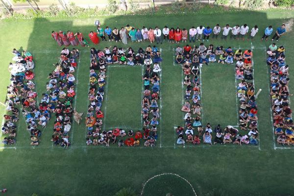विद्यार्थियों ने मानव श्रृंखला बनाकर अनूठे अंदाज में पीएम मोदी को दी बधाई