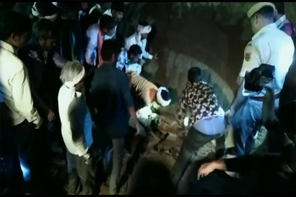 अवैध खनन के दौरान रेत का टीला ढहा, चार लोगों की मौत