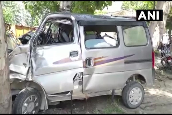 Cantor and Eco car collide in UP Rampur, 5 killed - Lucknow News in Hindi