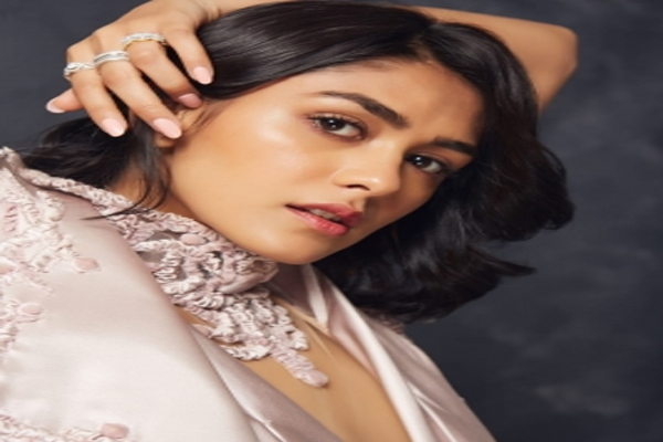 Mrunal Thakur: Most important thing is patience - Bollywood News in Hindi