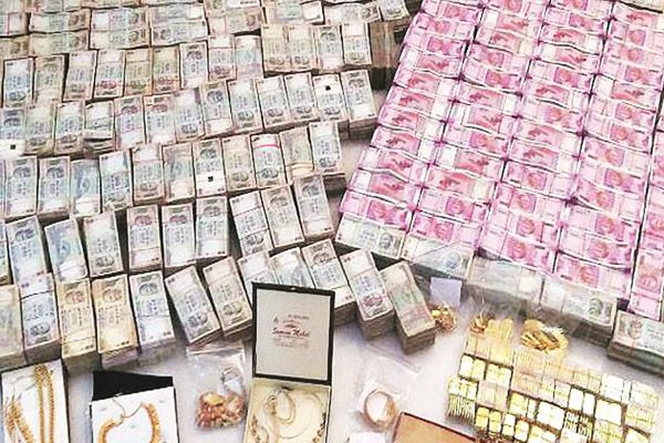politicians wife much money in allahabad - Allahabad News in Hindi