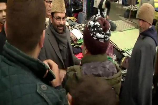 Union Minister Mukhtar Abbas Naqvi meets and interacts with locals at Lal Chowk in Srinagar - Srinagar News in Hindi
