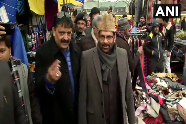 Union Minister Mukhtar Abbas Naqvi meets and interacts with locals at Lal Chowk in Srinagar - Srinagar News in Hindi