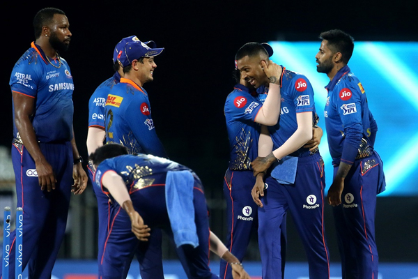 SRH batting collapses again as MI win by 13 runs - Cricket News in Hindi