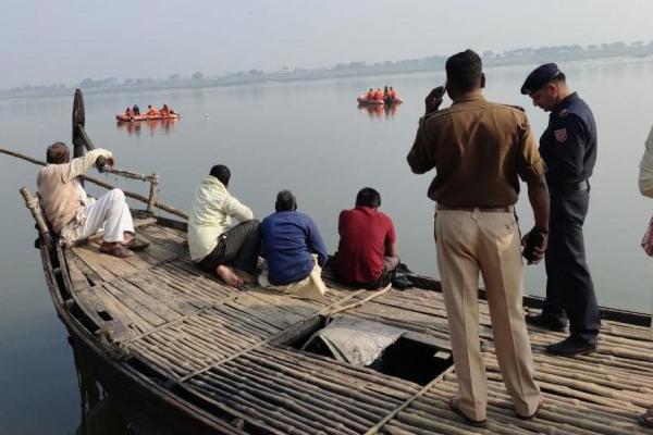 विंध्याचल में यात्रियों से भरी नाव गंगा में पलटी, 18 लोग बचाए गए