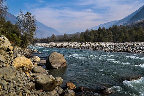 चमत्कार! इस नदी में बहता है सोना, अमीर बनने की चाहत में आते है हजारों लोग