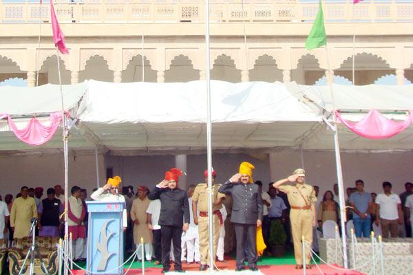 सार्वजनिक निर्माण मंत्री यूनुस खान ने किया ध्वजारोहण