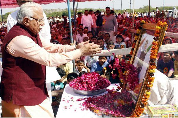 मुख्यमंत्री ने शहीद को अर्पित की श्रद्धांजलि, परिजनों को 50 लाख की मदद की घोषणा
