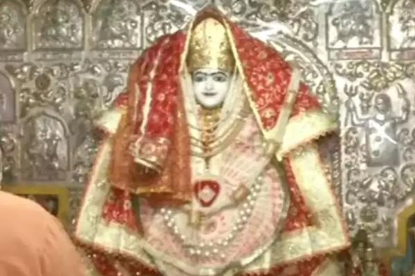 जानिए नवरात्रि में क्यों चढ़ाई जाती है माता के लाल रंग चीजें