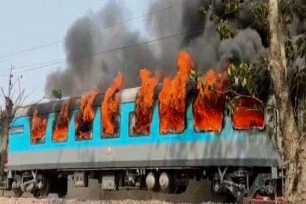 उत्तराखंड : नई दिल्ली से देहरादून आ रही शताब्दी एक्सप्रेस में लगी आग, सभी यात्री सुरक्षित