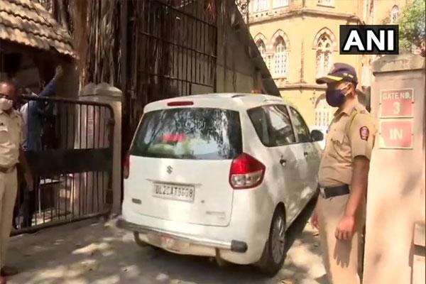 Maharashtra: Suspended officer Sachin Waje brought to special NIA court in Mumbai - Mumbai News in Hindi