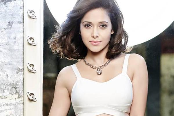 Nushrat Bharucha struggles to make a round roti - Bollywood News in Hindi