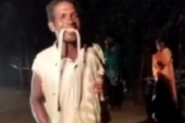 ओडिशा के व्यक्ति ने जहरीले सांप को काट लिया, वीडियो वायरल