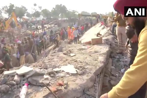 Punjab: मोहाली में तीन मंजिला इमारत गिरी, मलबे में कई लोगों के दबे होने की आशंका