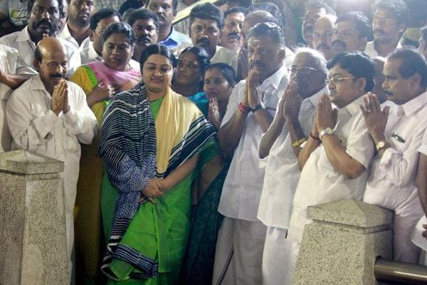 Panneerselvam arrived at the memorial of Jailalitha, Deepa also came with - Chennai News in Hindi