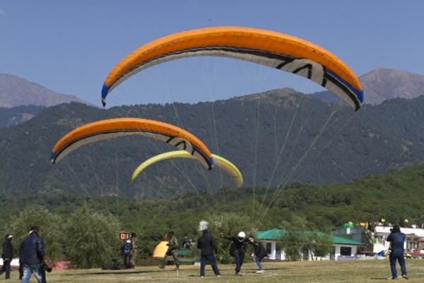 हिमाचल ने और ज्यादा स्थलों पर पैराग्लाइडिंग, रिवर राफ्टिंग की अनुमति दी