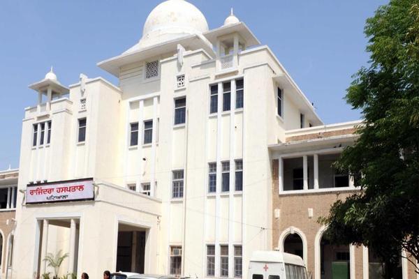महिला आयोग ने अस्पताल अधीक्षक को तलब किया, प्रसूता व नवजात को निकाला बाहर
