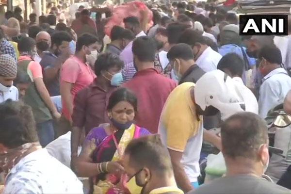 Mumbai: People seen violating Covid rules in Dadar Sabzi Mandi - Mumbai News in Hindi