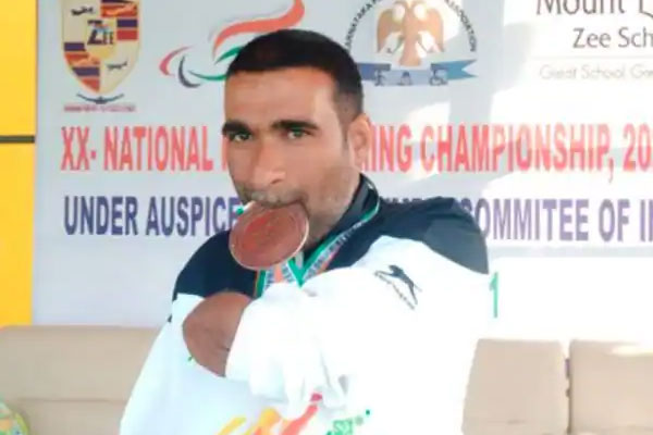 The man who won 150 medals in swimming after losing both hands in 2 mishaps - Jaipur News in Hindi