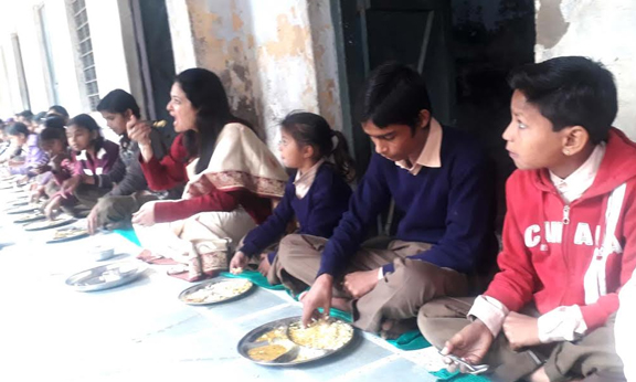 District collector checked the quality of the children by eating mid day meal with the children - Bharatpur News in Hindi