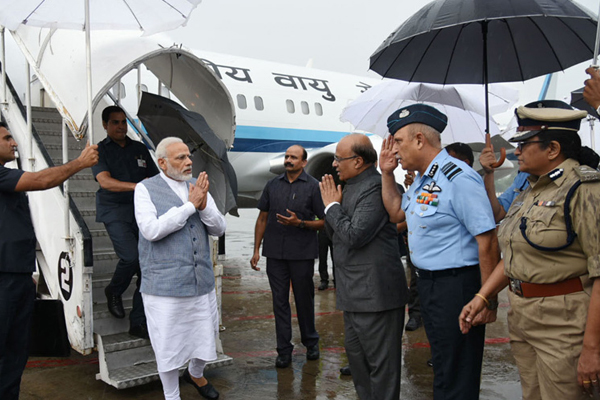 PM Narendra Modi Announces 500 Crore For Flood Hit Gujarat, Conducts Aerial Survey - Ahmedabad News in Hindi