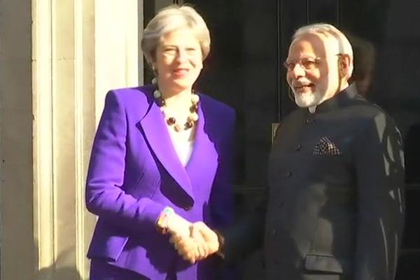 PM Modi meets Britain Prime Minister in London - World News in Hindi
