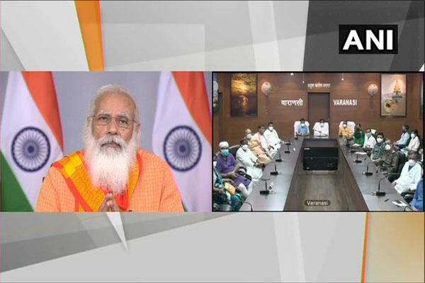 PM Modi becomes emotional while talking to doctors and health workers of Varanasi - Varanasi News in Hindi