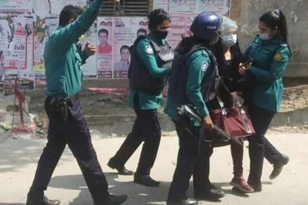 Police lathi-charged the protesting students in Dhaka - World News in Hindi