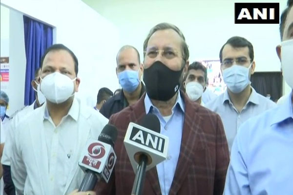 Do not rush into the vaccination room, welcome the vaccinators with flowers: Javadekar - Panaji News in Hindi