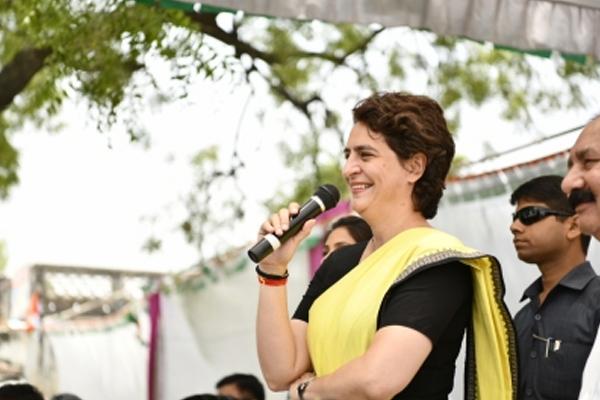 मिर्जापुर में महिलाओं ने प्रियंका का किया स्वागत